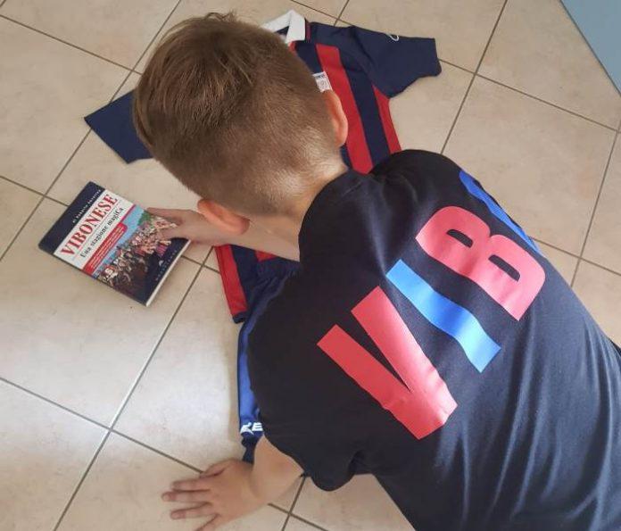 Daniele Marafioti con libro e maglia della Vibonese