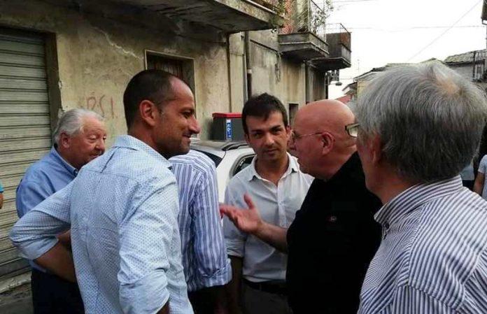 Mario Oliverio conversa con alcuni politici locali