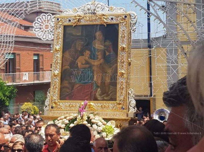 La copia del quadro della Madonna della Neve in processione