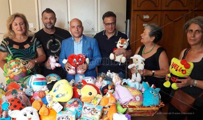 Rami Adham consegna i giochi alla San Vincenzo