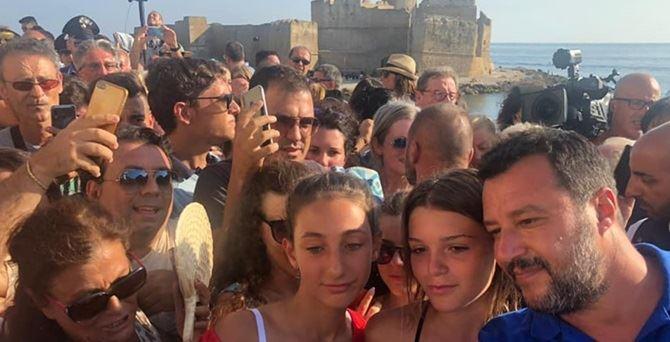 Matteo Salvini sulla spiaggia crotonese
