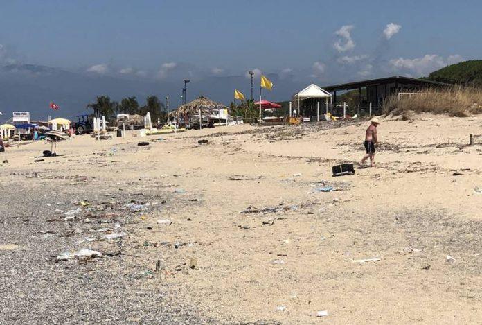 La spiaggia di Colamaio invasa dai rifiuti
