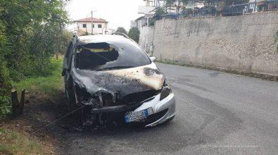 Notte di fuoco a Tropea, auto in fiamme alle porte della città