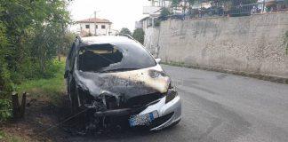 L'auto bruciata a Tropea
