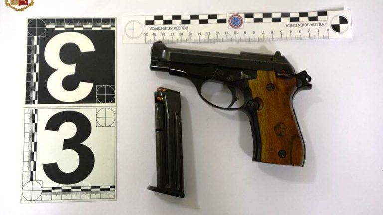 Minaccia un giovane con una pistola, 64enne arrestato a Vibo
