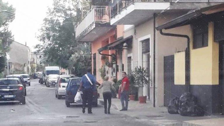 Mileto, il carabiniere gentiluomo che aiuta la vecchietta con la spesa