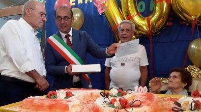 La piccola Comparni di Mileto festeggia i 100 anni di nonna Marianna