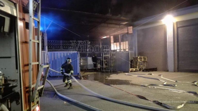 Vasto incendio manda in fumo il magazzino dell'Eurospin a Vibo