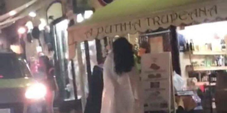 Tropea, Samara a passeggio sul corso tra selfie e indifferenza – Video