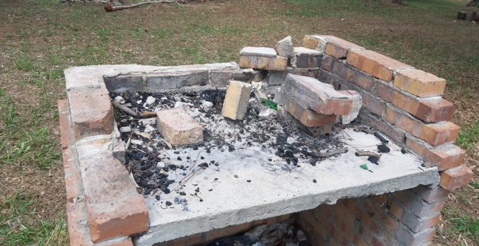Mileto, il parco dell'ex Foro Boario devastato a poche ore dalla riapertura – Foto