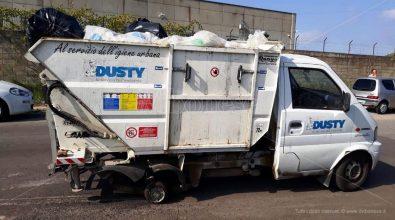 Camion della Dusty abbandonato in strada privo di una ruota