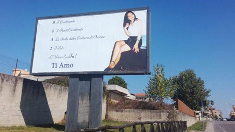 L'amore oltre la vita terrena, un mega cartellone a Mileto per ricordare la moglie