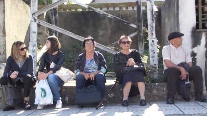 Anziani fermata bus Vibo
