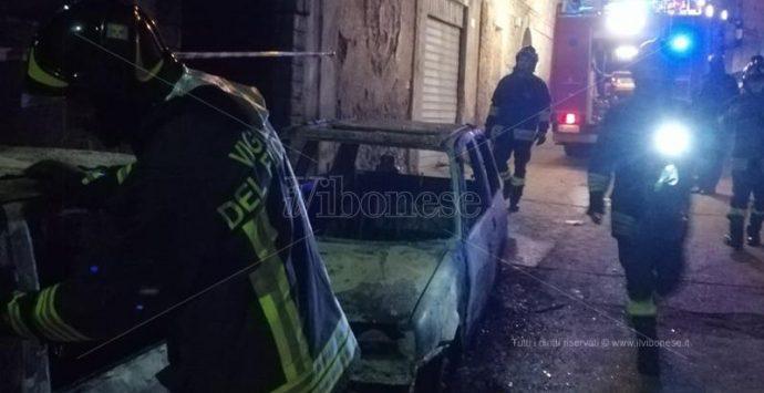 Due auto in fiamme nella notte a Nicotera, indagano i carabinieri