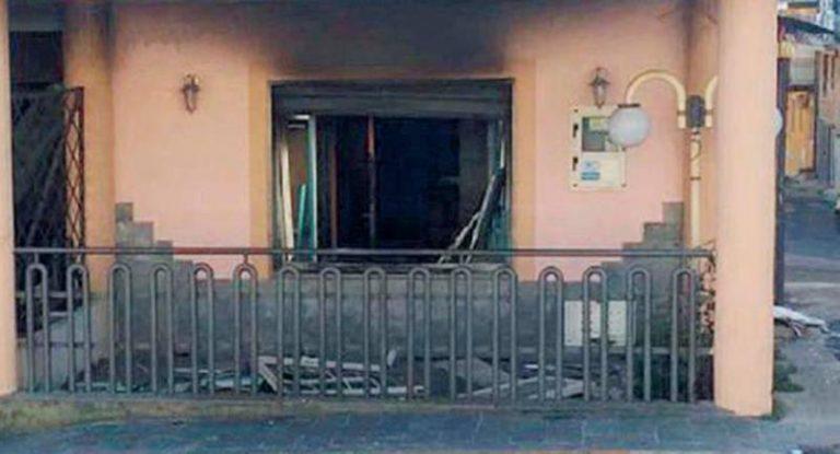 Pizzeria in fiamme a San Calogero, ingenti i danni