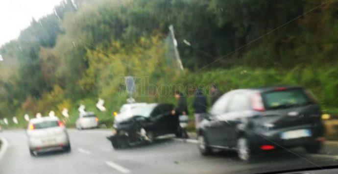 Nuova carambola tra auto lungo il tratto vibonese dell'A2, rallentamenti e disagi – Foto