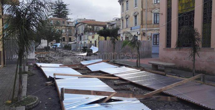 Vibonese sferzato dal vento forte, danni al tetto della Garibaldi di Vibo – Foto