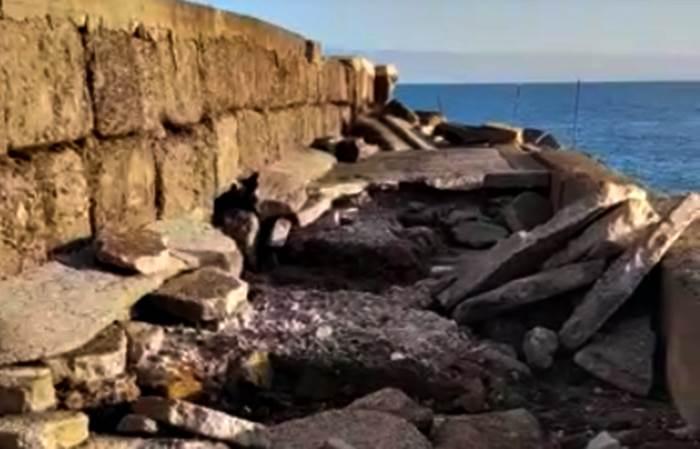 Il molo di Briatico danneggiato dalle mareggiate