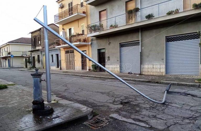 Vento forte nel Vibonese, lampione si schianta al suolo a Mileto