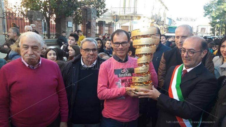 """Giro d'Italia, Mileto in festa accoglie il """"Trofeo Infinito"""" – Foto/Video"""