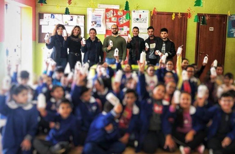 Le borracce dell'associazione Valentia nelle scuole di Zambrone
