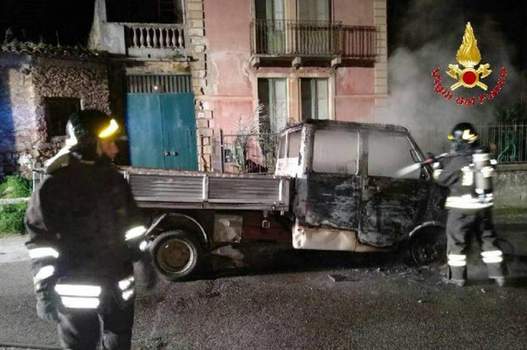 Notte di fuoco a Mileto, camion in fiamme in pieno centro abitato