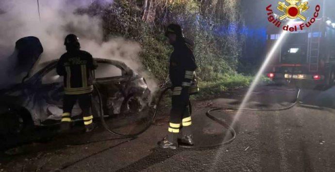 San Calogero, auto avvolta dalle fiamme lungo la provinciale – Foto