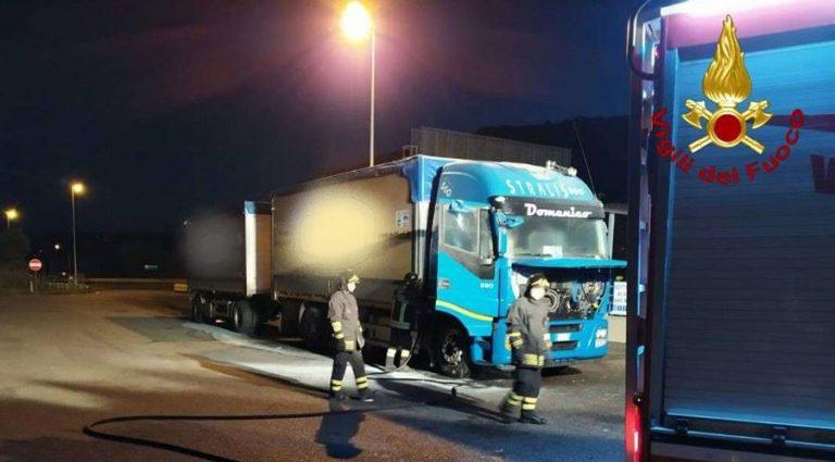 Tir in fiamme sull'A2 a Pizzo, i vigili del fuoco domano l'incendio – Foto