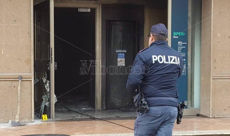 Bottiglia incendiaria contro banca in viale Matteotti a Vibo, strada chiusa al traffico – Foto/Video