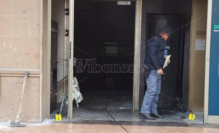 Bottiglia incendiaria alla Bper di Vibo, il responsabile arrestato a Rombiolo – Video