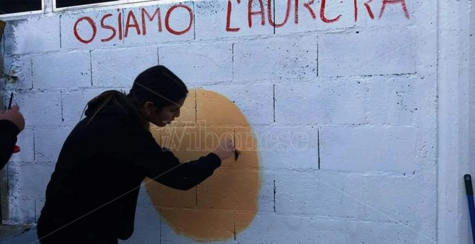 Paravati, i giovani ritinteggiano il muro della parrocchia di Natuzza