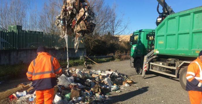 Il Comune rimuove le mega discariche nell'area industriale di Vibo – Foto
