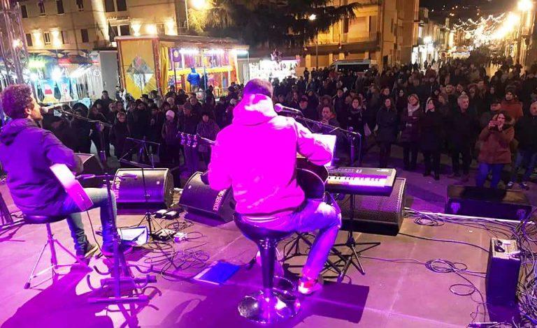 """Piazza Municipio in musica, artisti locali cantano la """"vibonesità"""""""