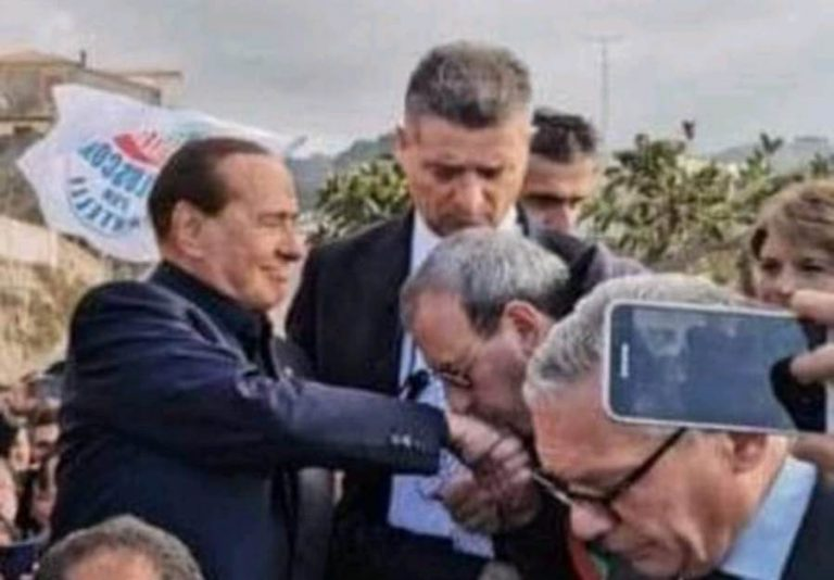 Baciamano a Berlusconi, Bartone: «Gesto di ammirazione per il mio leader»
