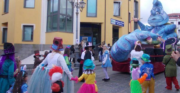 San Calogero, tutto il paese in festa per il Carnevale – Foto/Video