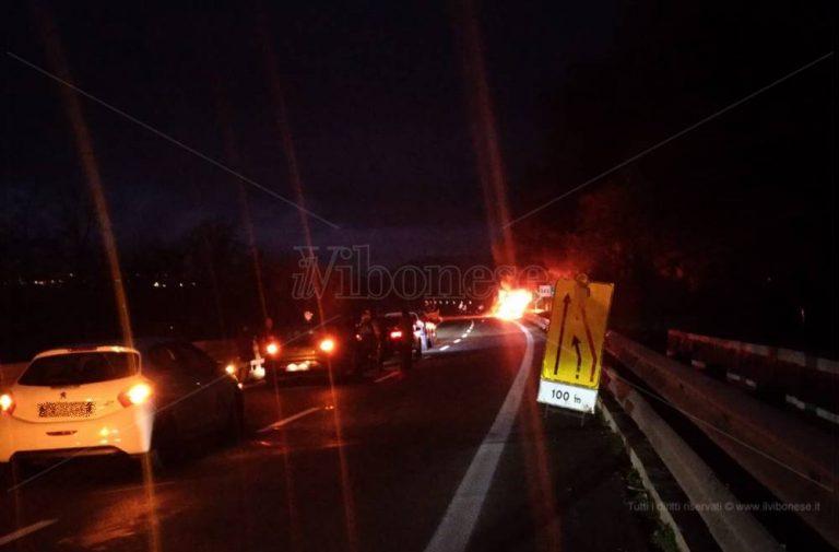 Auto in fiamme nel tratto vibonese dell'A2, disagi al traffico – Video