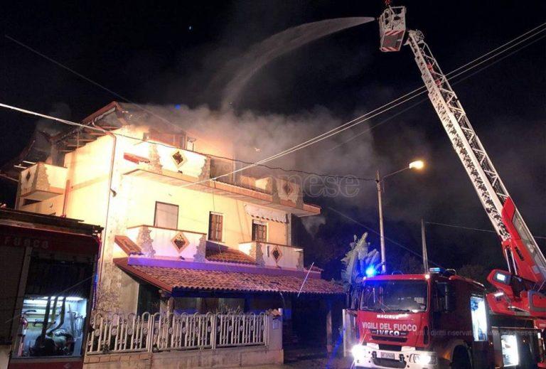 Spaventoso incendio a Limbadi, le fiamme distruggono una mansarda – Video
