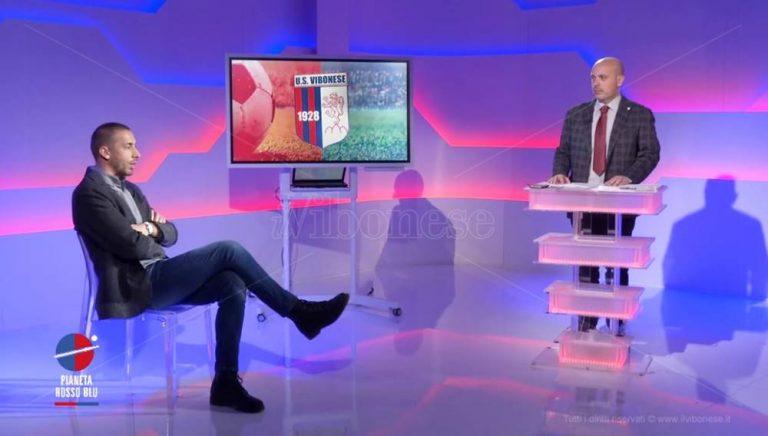 Riccardo Mengoni torna a Pianeta Rossoblù: «La Vibonese nel cuore» – Video