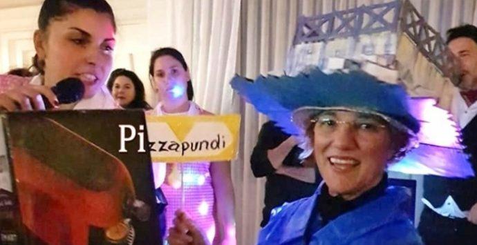 """L'artista Caterina Rizzo celebra """"Pizzapundi"""" con un vestito di Carnevale"""