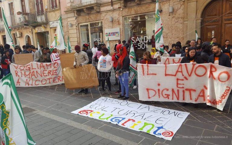Scade l'affidamento del Cas di Nicotera, operatori e migranti in protesta – Video