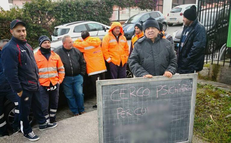 Briatico, gli addetti alla raccolta rifiuti: «Discriminati per la protesta»