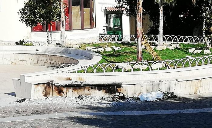 Rifiuti bruciati in piazza a Briatico, danni ai marmi ed alle aiuole