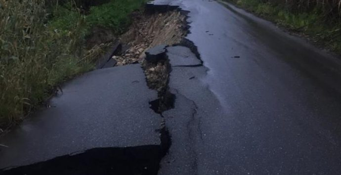 Maltempo: frane lungo la Mileto-Dinami, strada chiusa