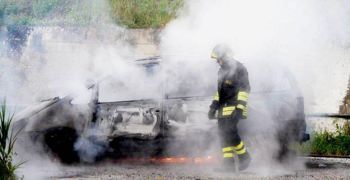 Auto in fiamme a Tropea, indagano i carabinieri – Foto