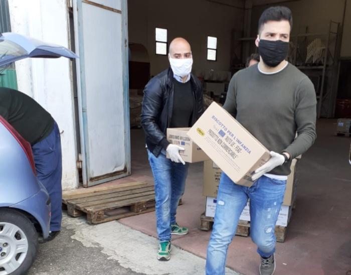 Briatico, volontari e carabinieri ritirano gli aiuti per le famiglie in difficoltà