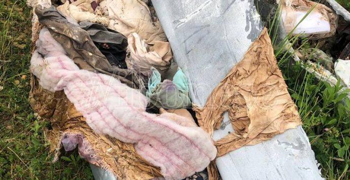 Bare gettate in una discarica abusiva a Vibo, indaga la polizia – Foto