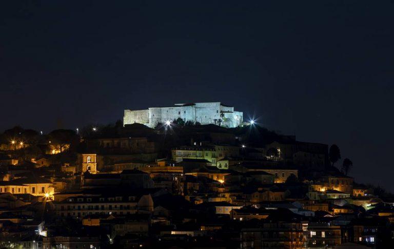 Nuova illuminazione per il castello di Vibo, un gioiello che ora brilla sulla città