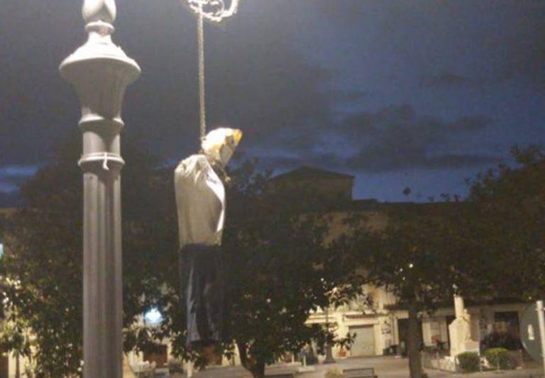 """Fantoccio impiccato in piazza a Pizzo, protesta anonima contro la """"dittatura sanitaria"""""""