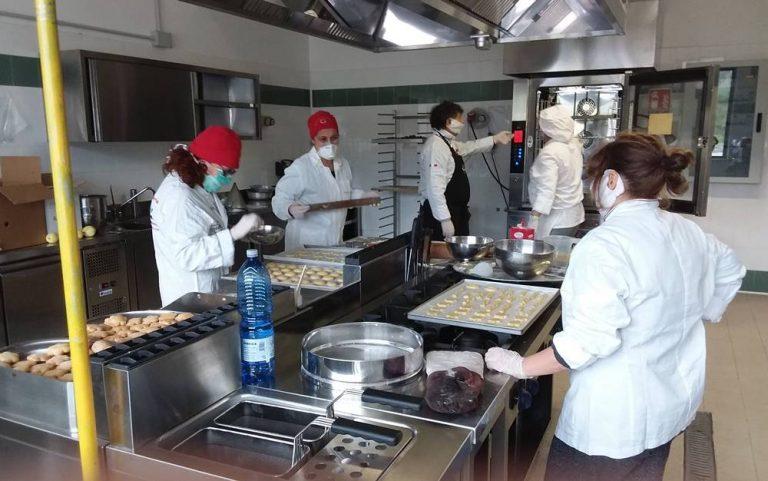 Cuochi per passione, volontari per vocazione: in cucina per i bisognosi – Video