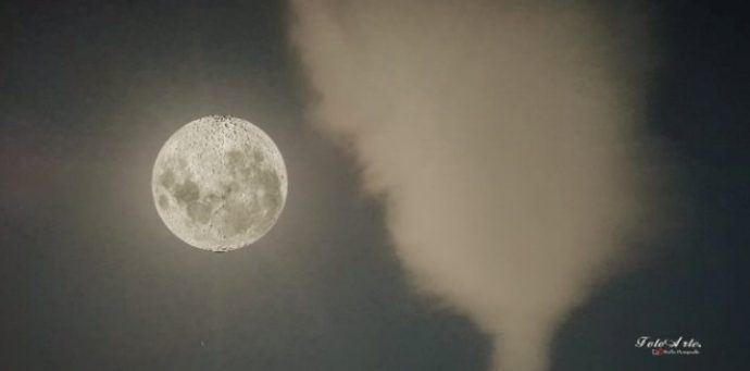 La superluna splende nei cieli vibonesi, lo scatto è pura magia